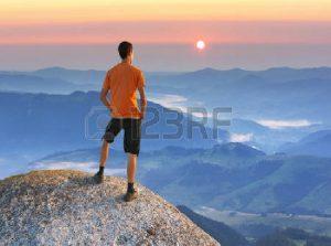 La Personne qui se Tient Debout en Haut de la Montagne…